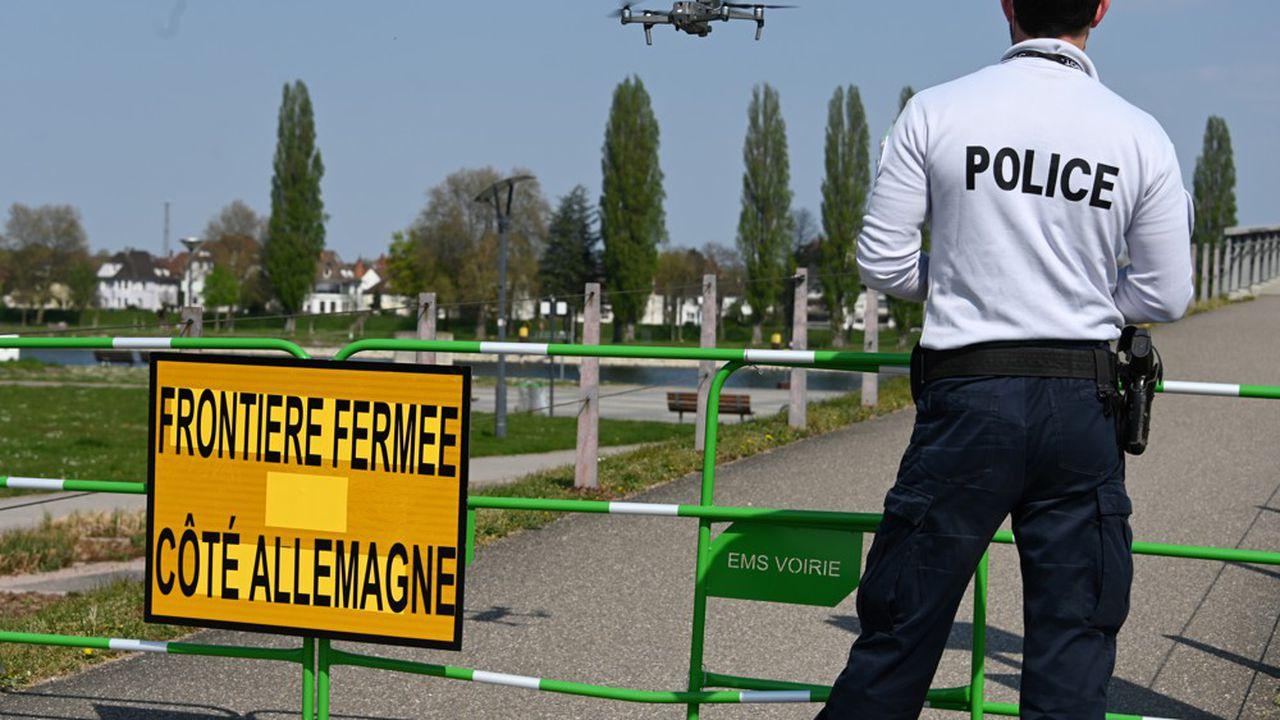 Un policier français mène la garde devant la frontière allemande.