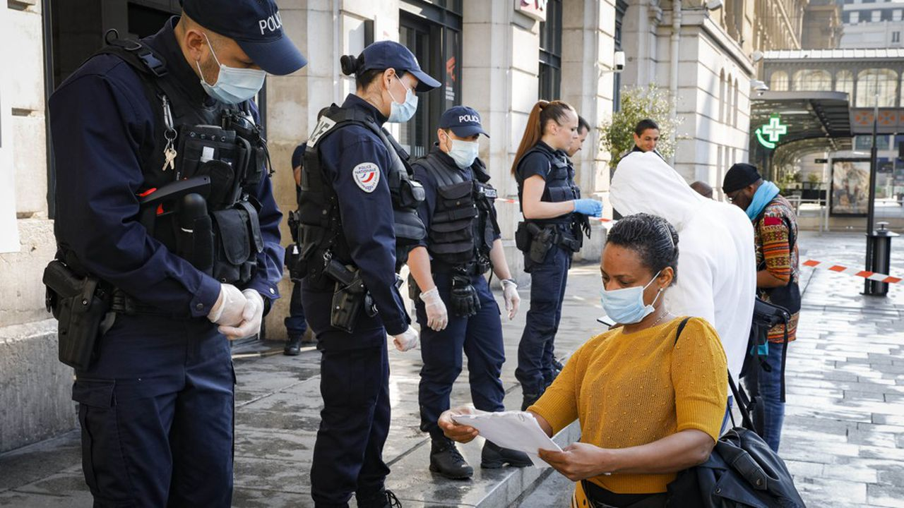 Contrôle policier à la gare Saint-Lazare (Paris) le 24 avril 2020.» «Si l'Etat traite ses citoyens comme des enfants, pourquoi ces derniers ne se comporteraient-ils pas de manière trop souvent infantile?»