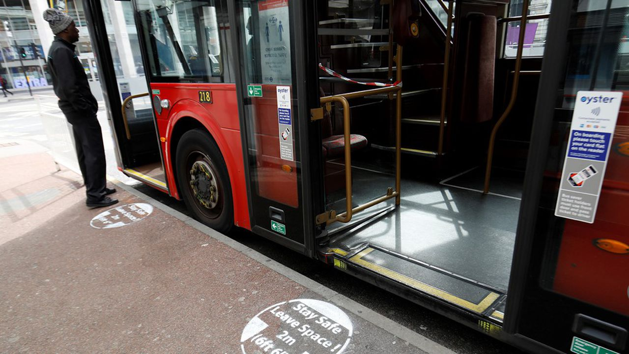 Une signalisation au sol à un arrêt de bus situé à Victoria Station, dans le centre de Londres, le 17avril.