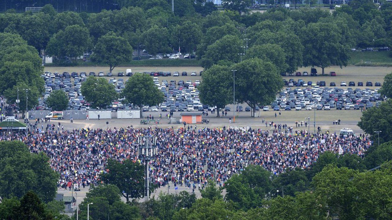 Plusieurs milliers de personnes ont participé à une manifestation contre les mesures anti-coronavirus samedi à Stuttgart (Allemagne), en respectant les mesures de distanciation physique.