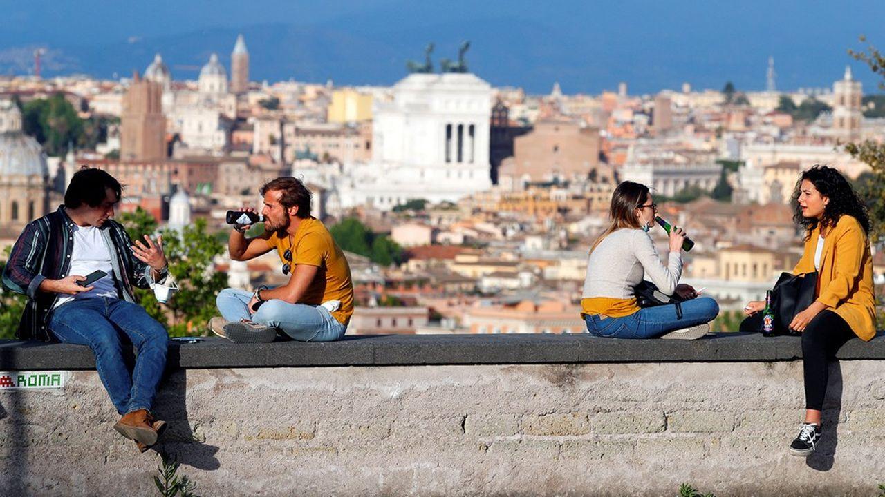 Les Italiens reprennent goût à la vie en se rafraîchissant sur le Janicule, la huitième colline de Rome, alors que s'organise, prudemment le déconfinement de l'Italie.