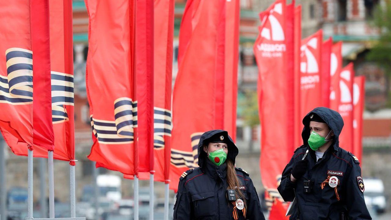 Des policiers portant des masques le 9mai, «Jour de la Victoire» sur l'Allemagne nazie en Russie.