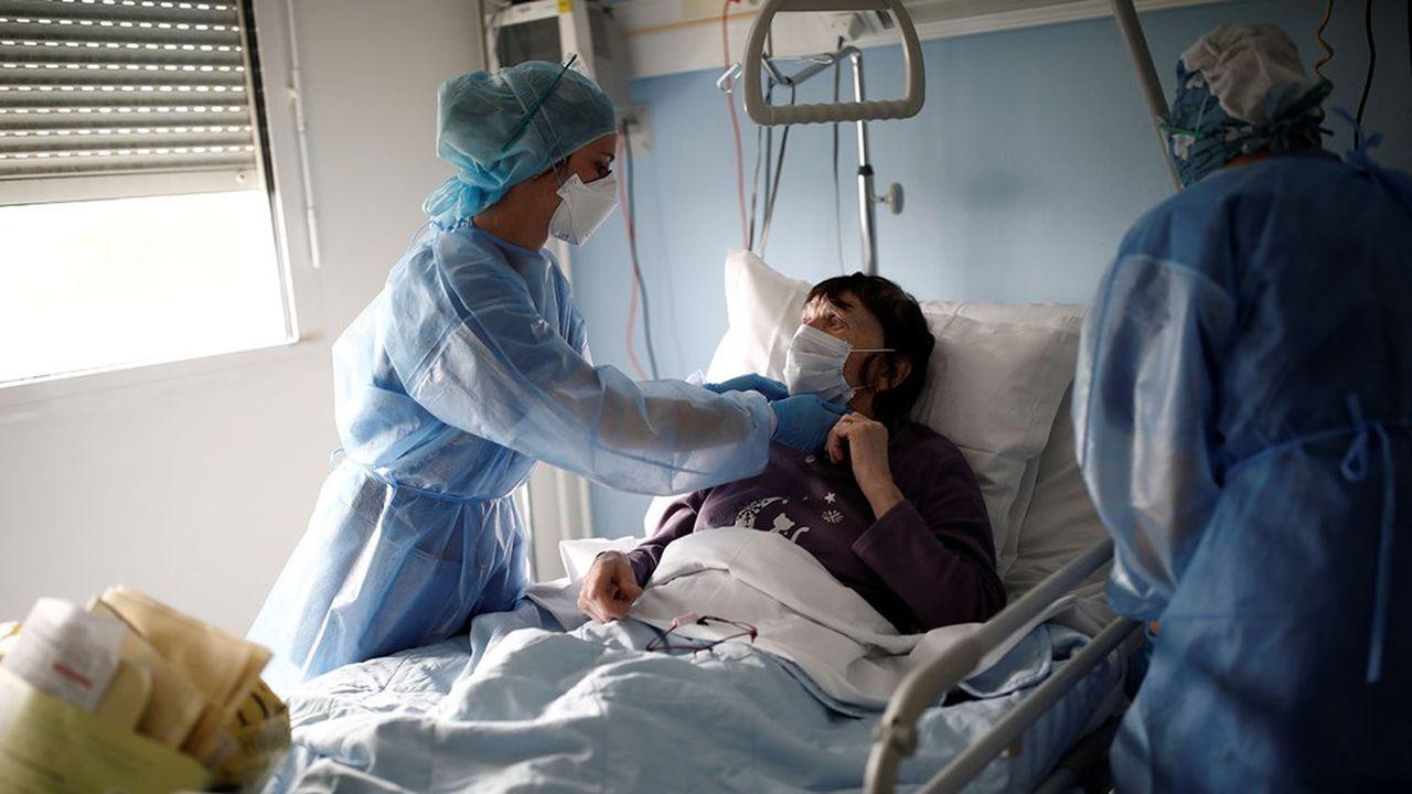 Une patiente de 82 ans s'apprête à quitter le service de soin intensif de la clinique de l'Estrée de Stains (Seine-Saint-Denis).