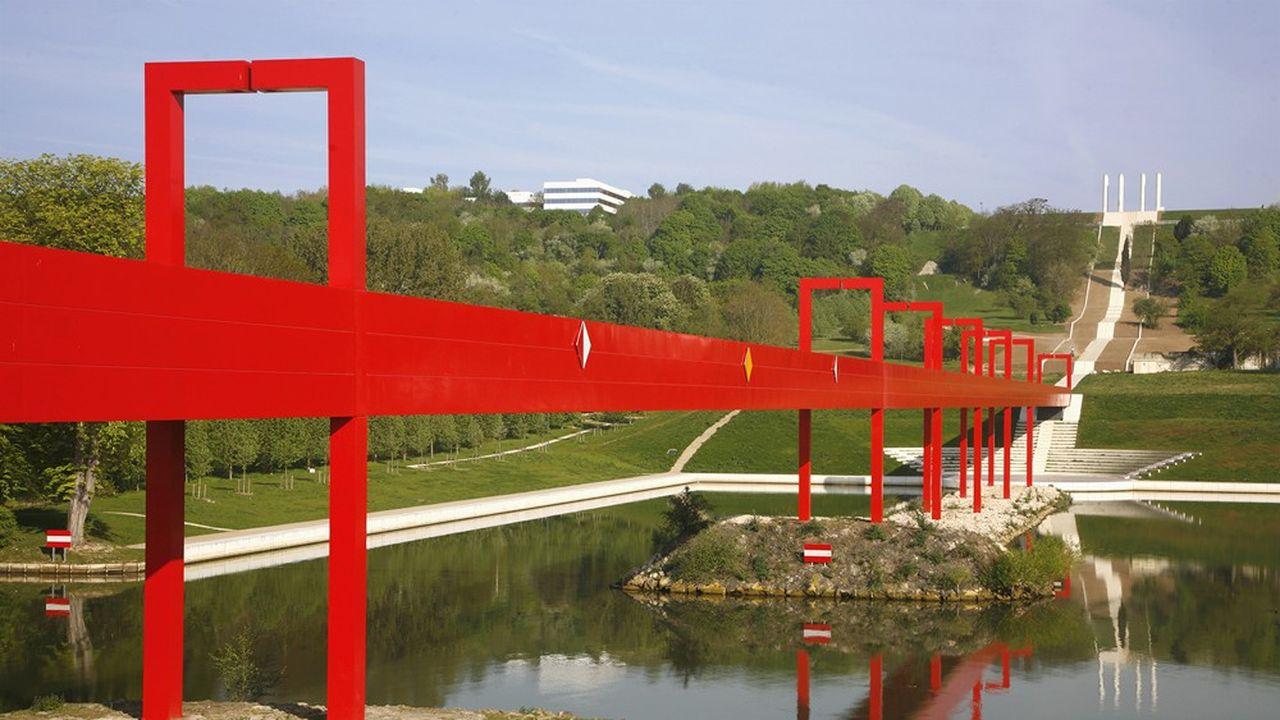 La passerelle de l'Axe majeur est connue pour sa couleur rouge vif qui s'est abîmée depuis sa construction en 2001.