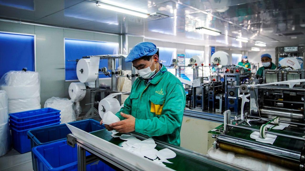 Une ligne de production de masques à Shanghaï.