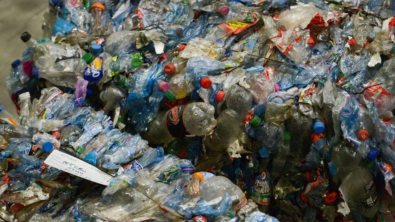 La distribution de bouteilles aux salariés est recommandée dans certaines branches d'activités pour éliminer les risques de contamination. Une préconisation qui ne va pas dans le sens de la loi anti-gaspillage et pour l'économie circulaire.