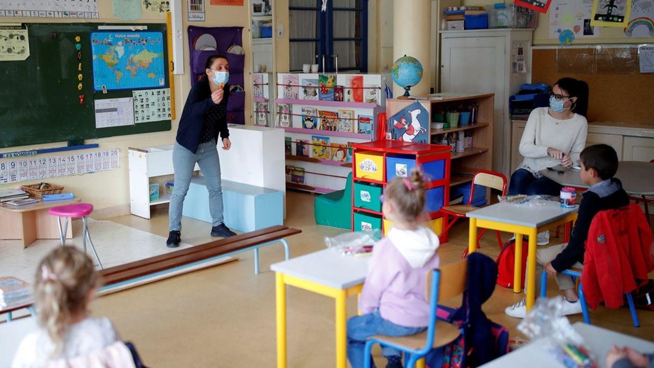 En Ile-de-France notamment, région très touchée par l'épidémie, une partie des élèves retrouvent le chemin de l'école.