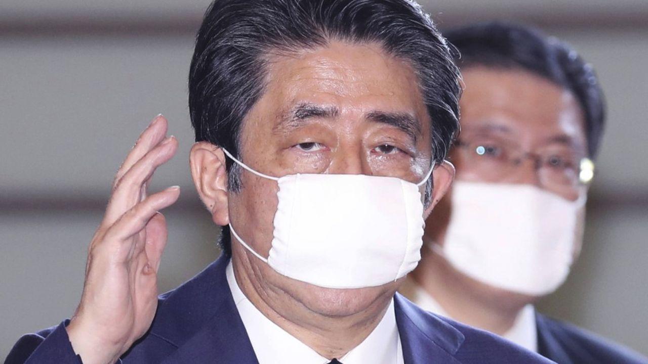 Le Premier ministre nippon Shinzo Abe arrive à ses bureaux en portant un masque le 14 mai 2020.