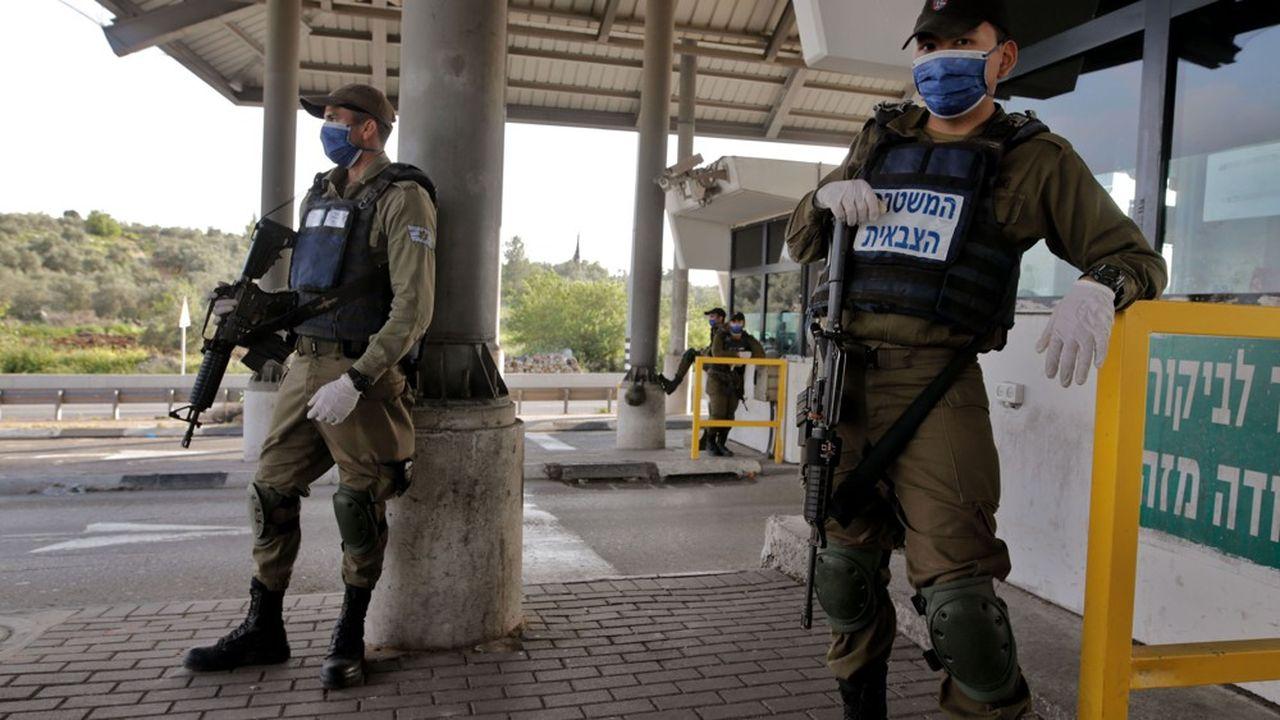 Des soldats israéliens masqués à Tel Aviv.