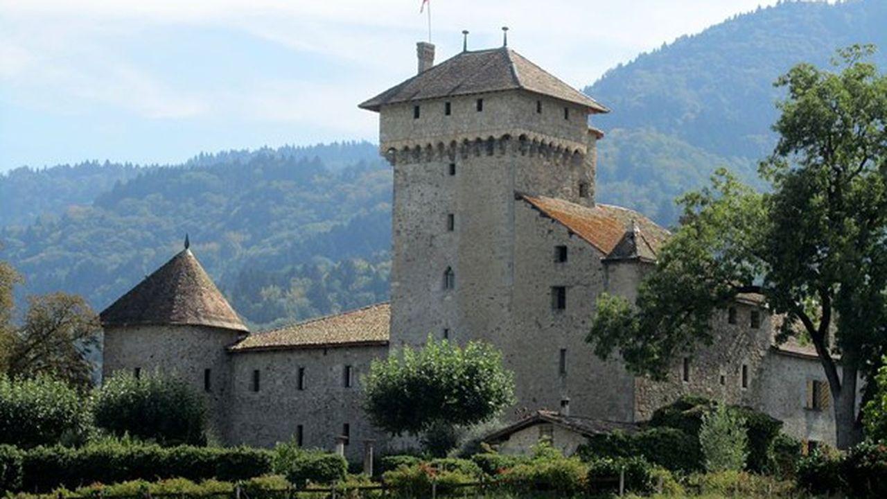 Le château d'Avully est une ancienne maison forte, du XIVesiècle, situé sur la commune de Brenthonne dans le département de la Haute-Savoie. Il est inscrit aux Monuments historiques depuis 1974.