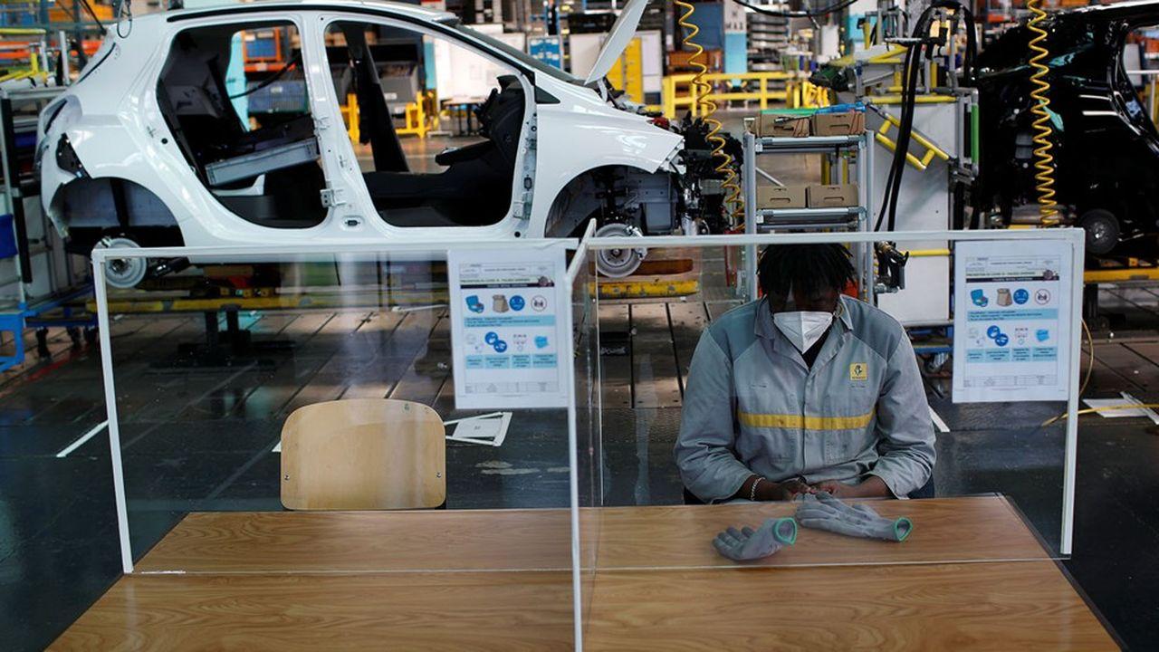 A l'usine Renault de Flins sur la chaîne d'assemblage de la ZOE.
