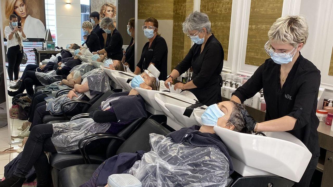 Après deux mois de confinement, 59% des Français souhaitaient se rendre dès la première semaine de réouverture chez leurs coiffeurs, comme ici dans un salon de Franck Provost.