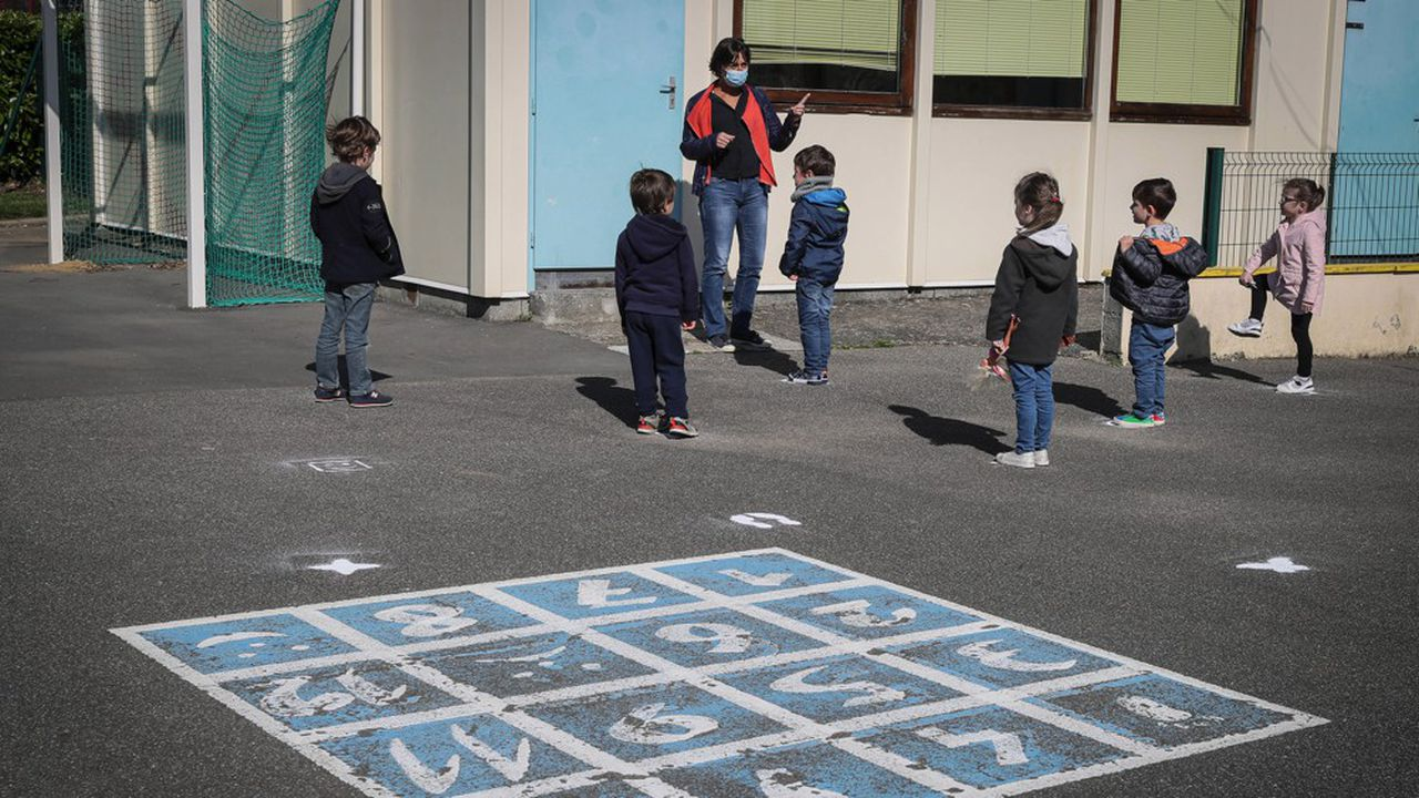 Les écoles primaires ont rouvert progressivement en France depuis lundi.
