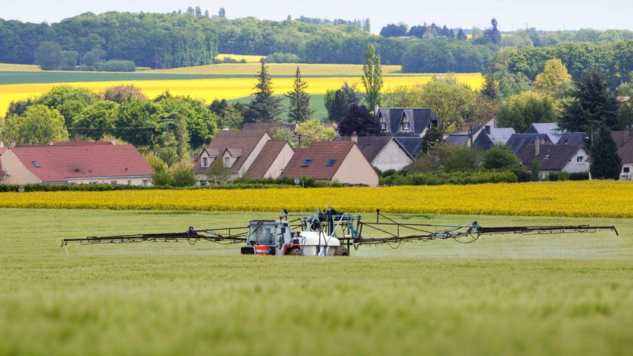 Un agriculteur traite ses champs avec des produits chimiques.