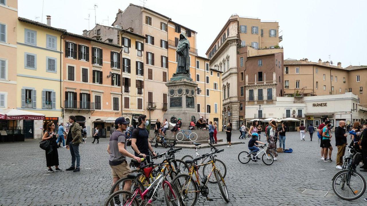 La fameuse place Campo di Fiori dans le centre de Rome est de nouveau envahie par les touristes et les passants.