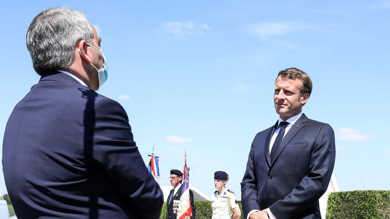 Xavier Bertrand (de dos) et Emmanuel Macron ce dimanche à La Ville-aux-Bois-les-Dizy.