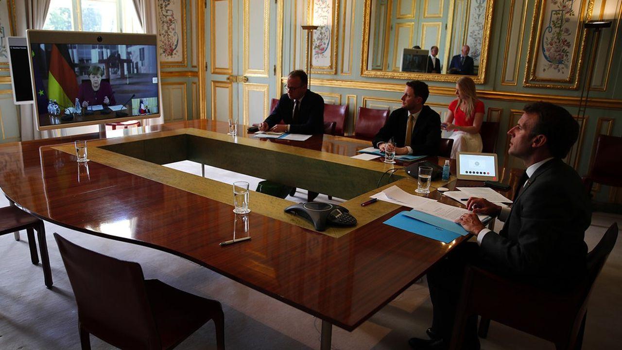 Le président français, Emmanuel Macron, à l'Elysée lundi, pendant sa conférence de presse commune, mais à distance, avec la chancelière allemande, Angela Merkel.