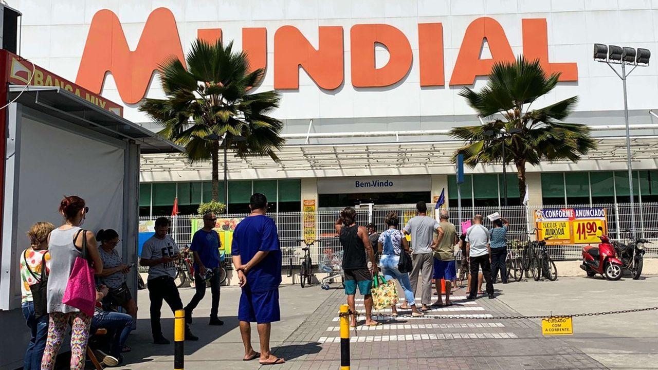Après la ruée dans les supermarchés pour faire des stocks, les Brésiliens vont devoir faire face à une grave crise.