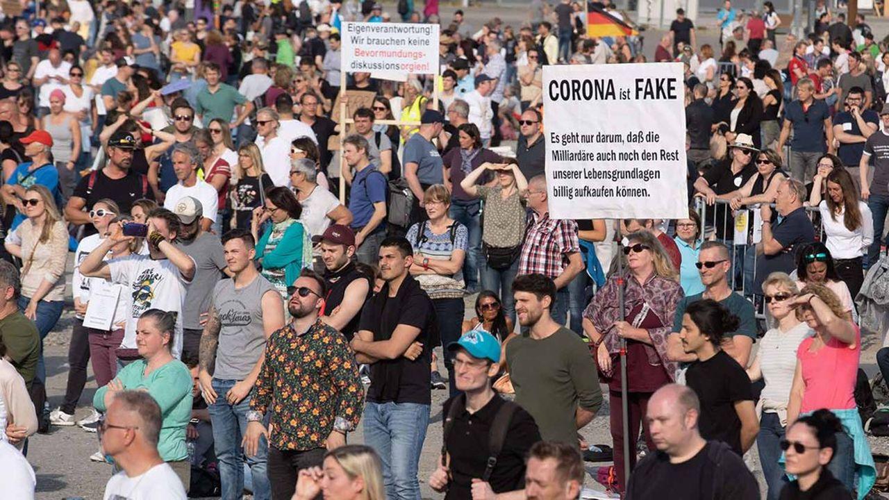 La plus grande manifestation «anti-corona» allemande s'est rassemblée dimanche à Stuttgart, où la police avait autorisé 5.000 personnes à se réunir sur la «Cannstatter Wasen»