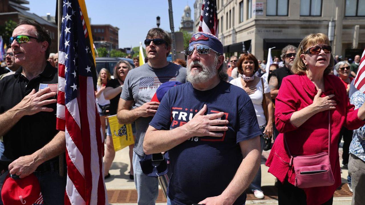 Des partisans de Donald Trump et de l'extrême droite américaine manifestent, le 15mai, devant le Capitole de l'Etat de Pennsylvanie à Harrisburg, pour protester contre les mesures de confinement et les gestes barrières destinés à affronter l'épidémie de la maladie à coronavirus.
