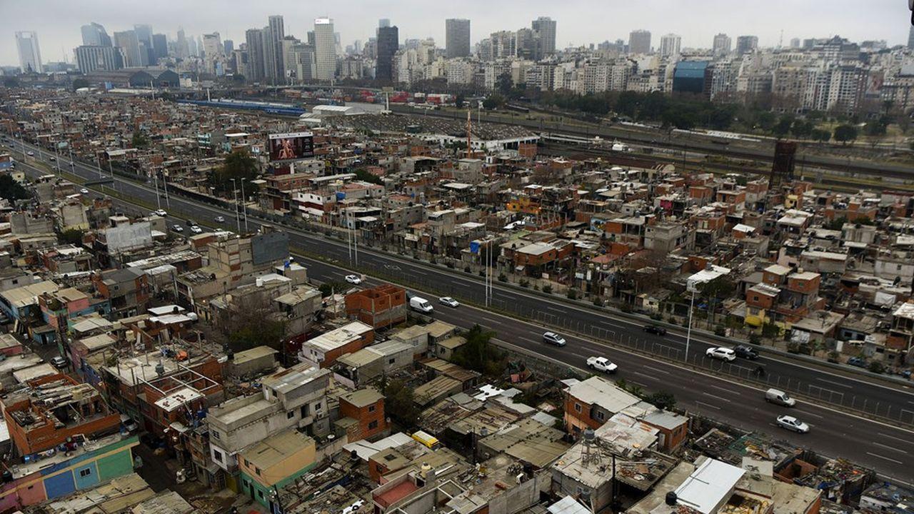 Près de 40.000 habitants survivent dans le bidonville 31, le plus ancien de Buenos Aires, au milieu de rues boueuses, de petites maisons en briques sans fondations et de services de base minimums.