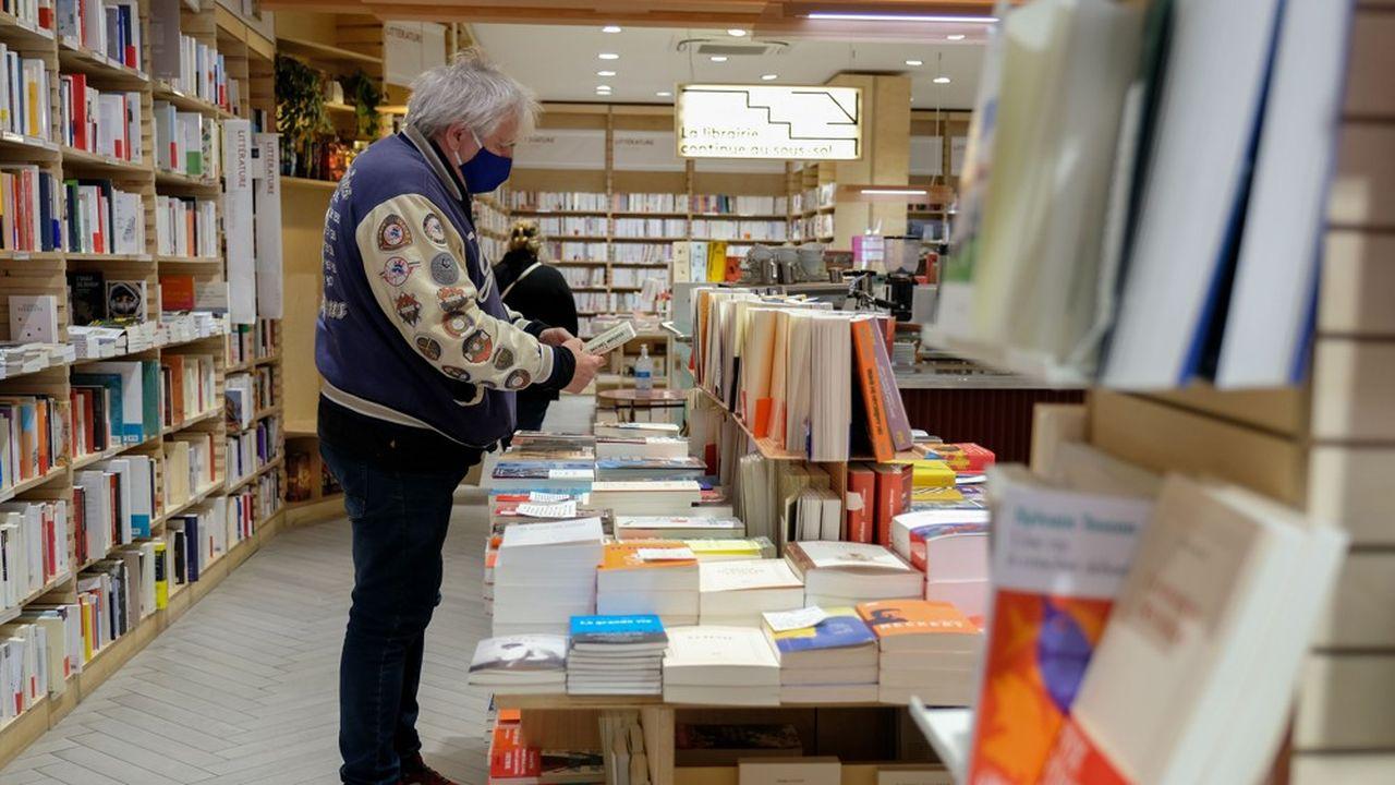 Des clients de la librairie Ici portent des masques, obligatoires pour pouvoir entrer dans la librairie.