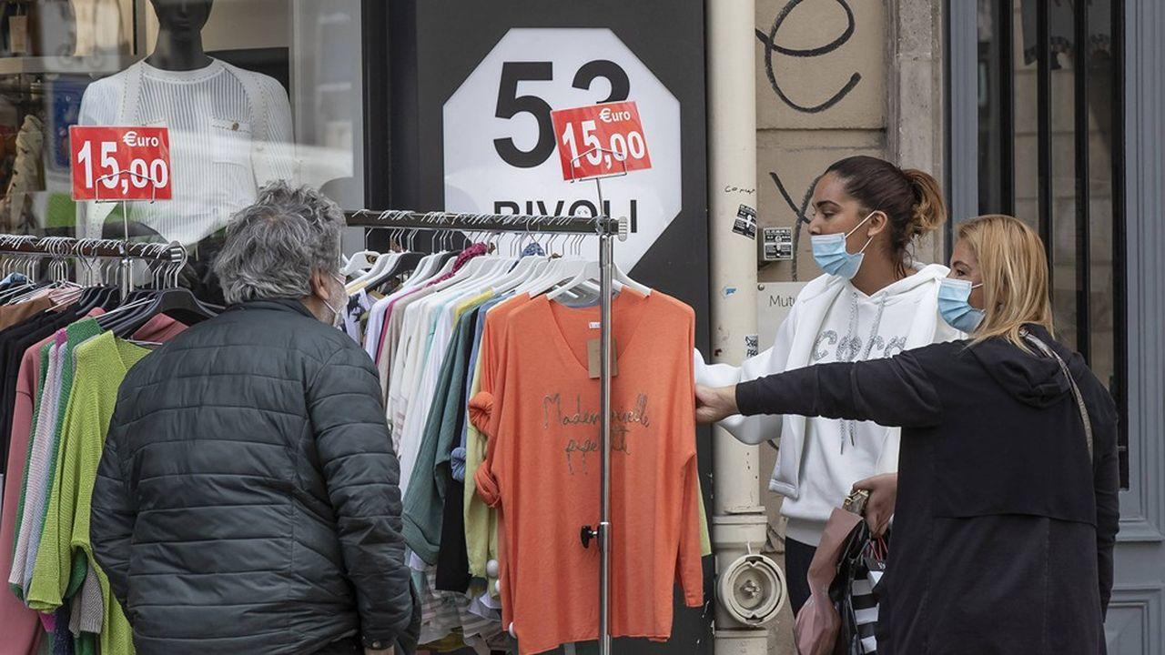Après deux mois de fermeture, les marques et les enseignes de mode croulent sous les stocks.