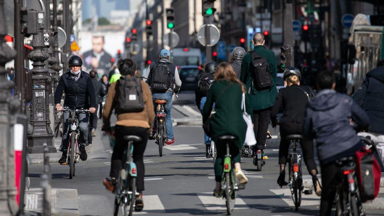 Il y a foule sur les pistes cyclables parisiennes.
