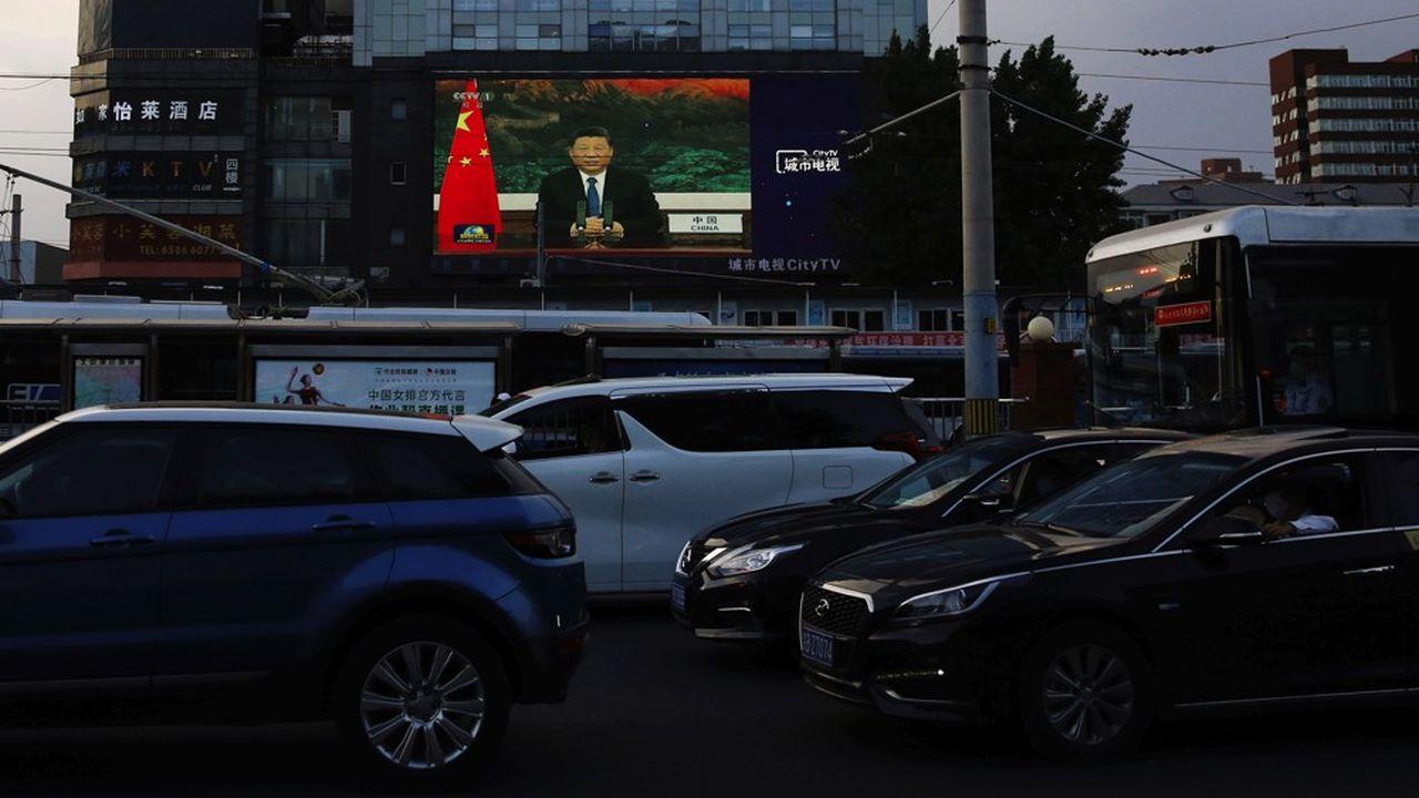 Un écran géant affiche des images d'actualité du président chinois Xi Jinping dans une grande artère de Pékin.