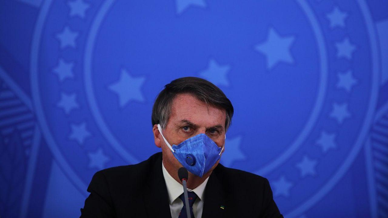 Fait rare, le président brésilien Jair Bolsonaro porte un masque lors d'uneconférence de presse, le 20mars dernier.