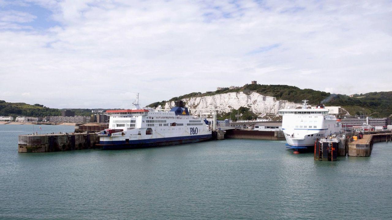 La ligne entre Calais et Douvres, assurée par P & O et DFDS face à Eurotunel, est le point de passage principal entre le Royaume-Uni et le continent.