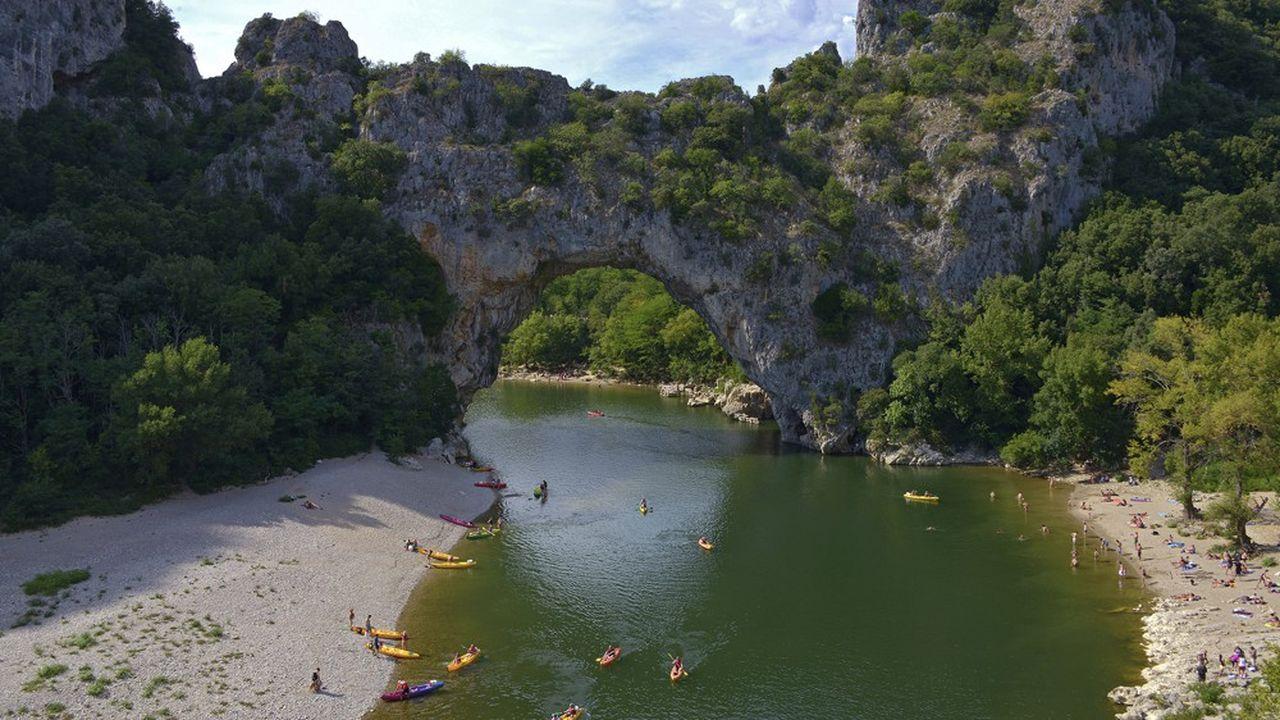 A défaut d'avoir ses habituels touristes du nord de l'Europe, le site du Pont d'Arc dans la vallée de l'Ardèche devrait connaître l'affluence des visiteurs français.