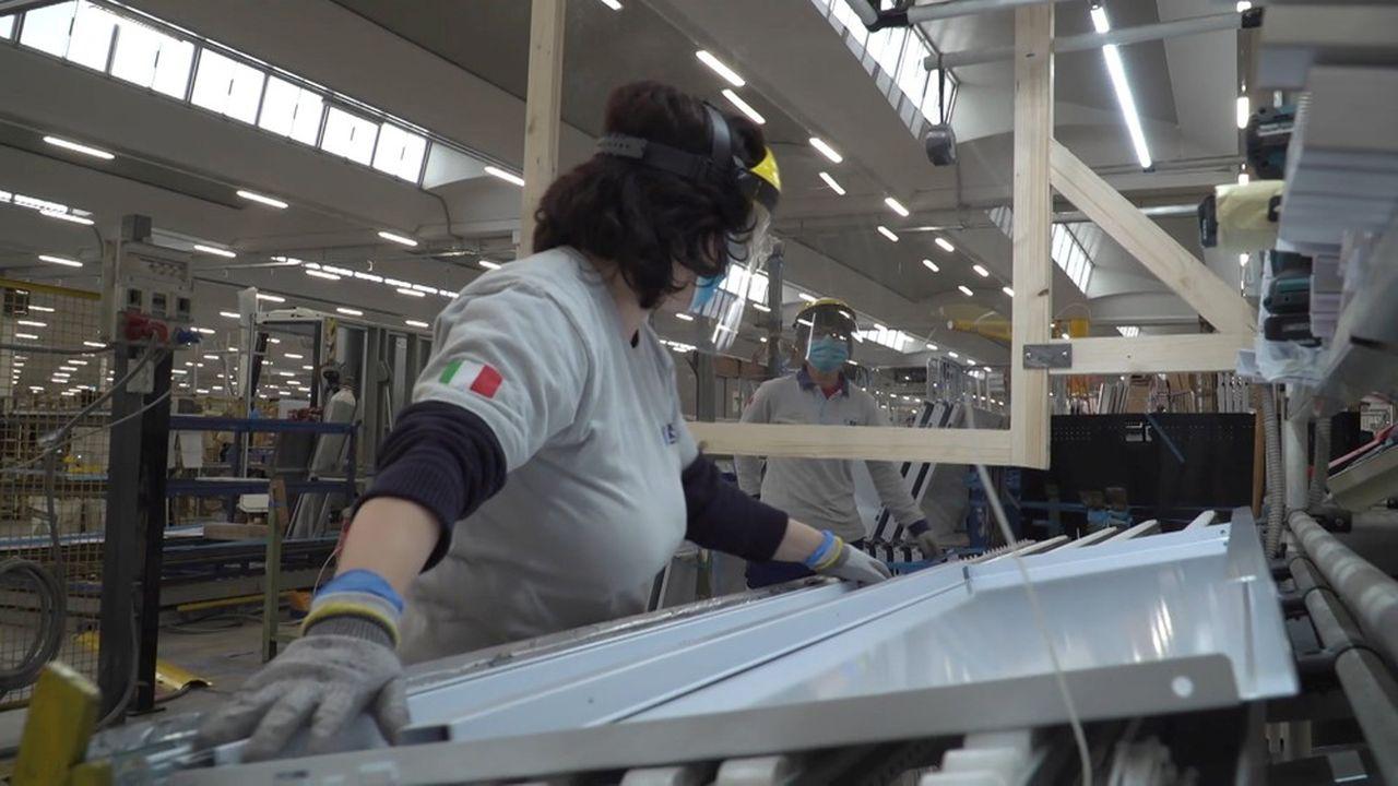 En Italie, les employeurs redoutent que le Covid-19 ne soit plus considéré comme une simple maladie mais comme un accident du travail. Ici, les travailleurs de l'usine ISA en Ombrie qui fabrique des vitrines réfrigérées et des meubles pour les lieux publics