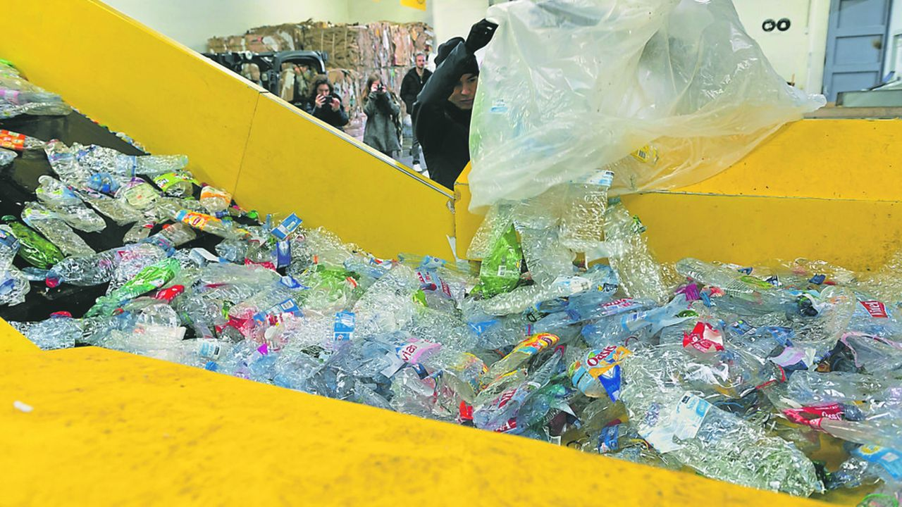 Le projet de décret remanie la commission interfilières de recyclage, où se prennent les décisions les plusimportantes et en expulse Amorce, association d'élus locaux spécialisée sur les déchets et l'énergie.