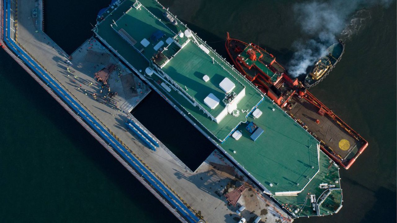 L'«Akademik Lomonosov» est un monstre marin de plus de 21.000 tonnes traversé par 1.200km de câbles électriques. Sur les 12 niveaux de cette barge, haute de 30 mètres et longue de 144 mètres, quelque 270 systèmes différents font fonctionner les deux réacteurs de 35 mégawatts.