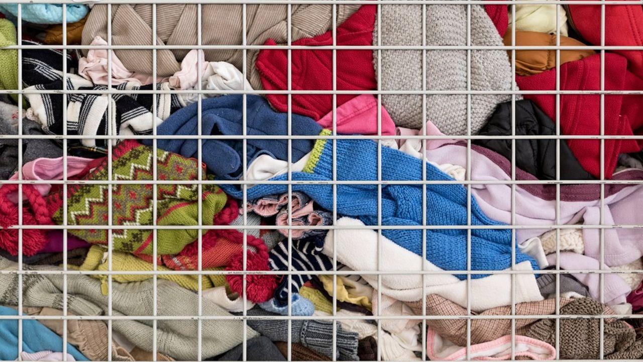 Seuls 20% des 239.000tonnes de vieux vêtements collectées annuellement restent en France. 80% sont revendues hors d'Europe, en particulier en Afrique. Cette dépendance à l'export constitue le problème de fond de la filière.