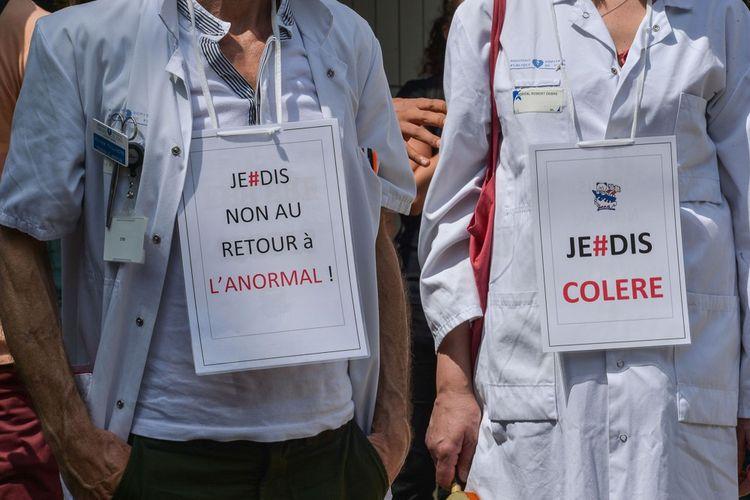 Des soignants ont manifesté le 21mai 2020 pour sauver l'hôpital et demander plus de moyens, des lits et une reconnaissance par le salaire, dans cette période de crise sanitaire due au covid-19.