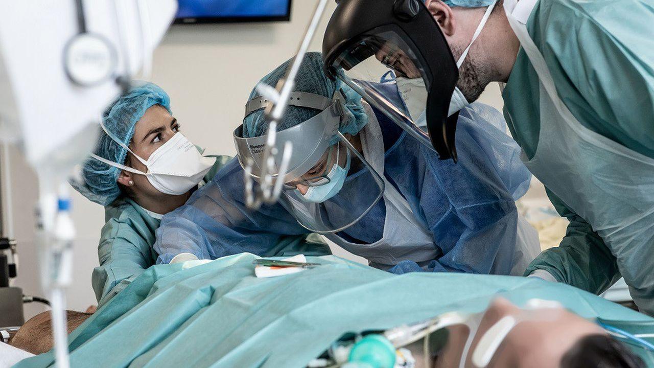 La pression continue de retomber sur les hôpitaux français, qui soignaient mardi16.264 personnes malades du COVID-19
