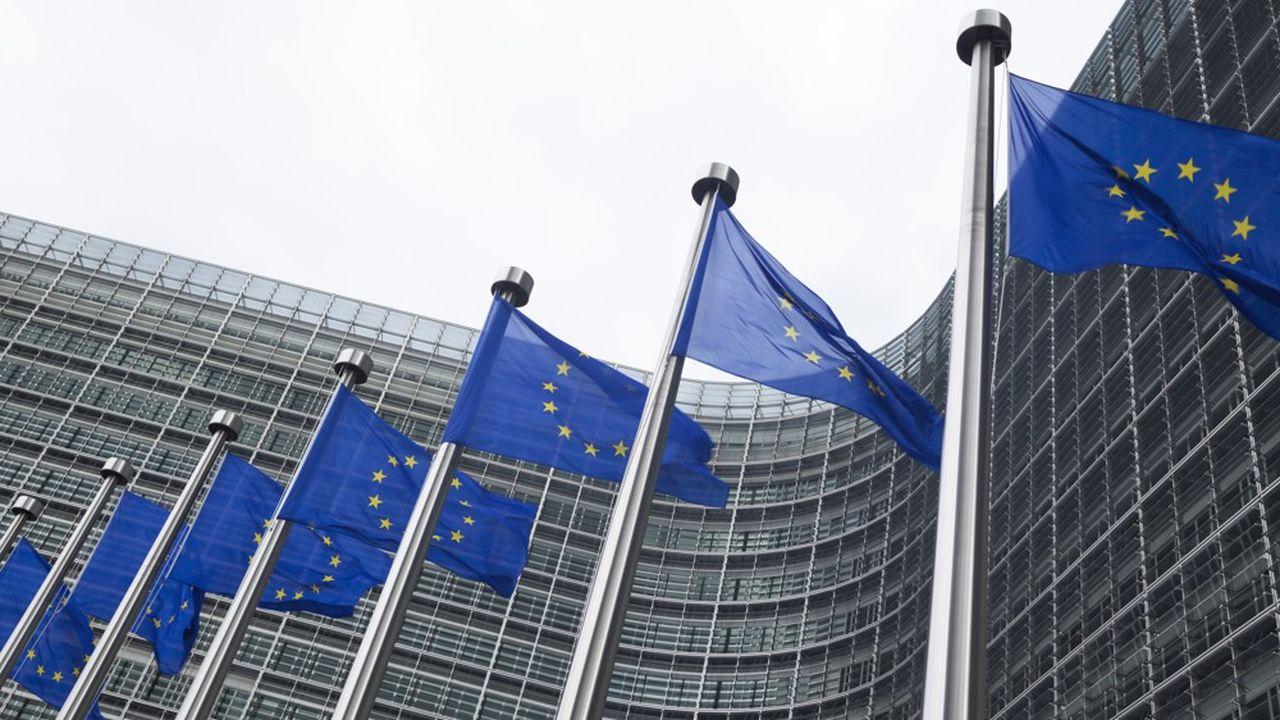 La Commission européenne a proposé aux Etats membres de décaler l'application de deux directives considérées comme fondamentales pour freiner les pertes de recettes fiscales.