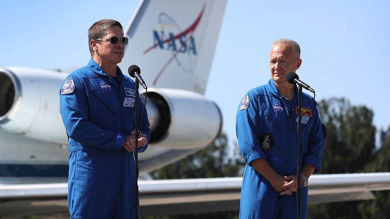 Les deux astronautes américains Robert Behnken (à gauche) et Douglas Hurley prendront place à bord de la capsule Crew Dragon de SpaceX, dont le lancement est prévu mercredi après-midi sur la base de Cap Canaveral (Floride).