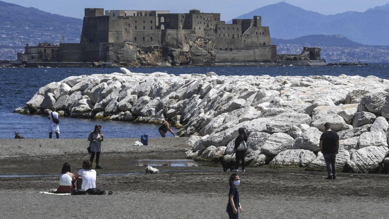 Des promeneurs devant le castel dell'Ovo à Naples