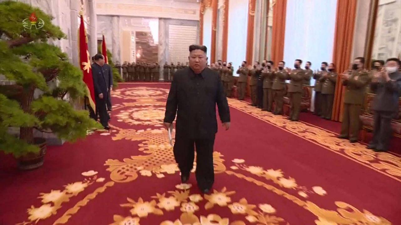 Kim Jong-unvient de présider une réunion de la Commission militaire centrale sans masque de protection, selon les images diffusées par les médias locaux.