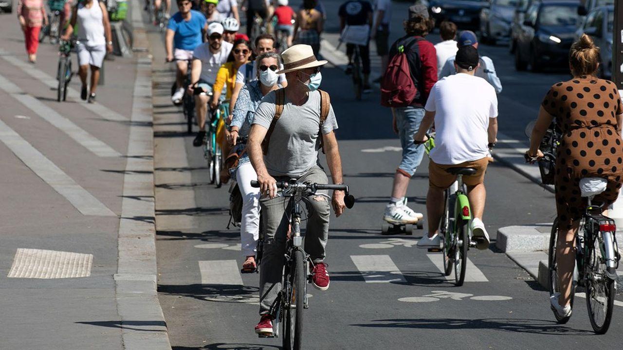 Covid19, les parisiens profitent du soleil printanier a pied et en velo dans les rues de la capitale.