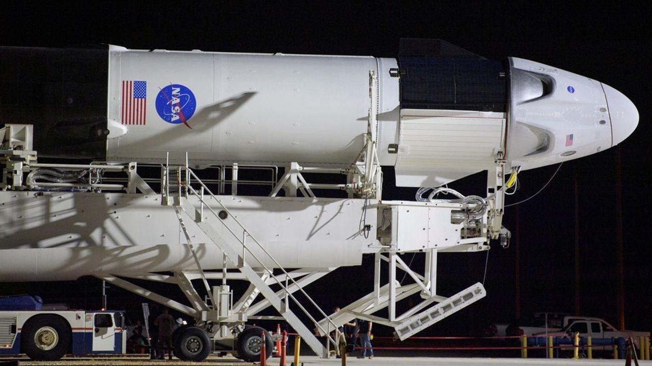 La fusée SpaceX Falcon 9 et sa capsule Crew Dragon est acheminée verticalement vers le pas de tir du mythique centre spatial Kennedy à Cap Canaveral en Floride.