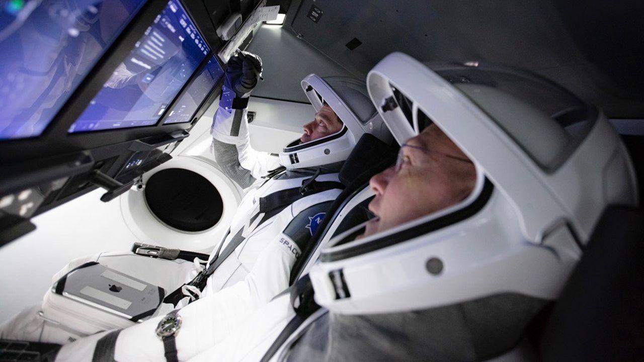 Les astronautes Douglas Hurley et Robert Behnken au cours d'un entraînement en simulateur.