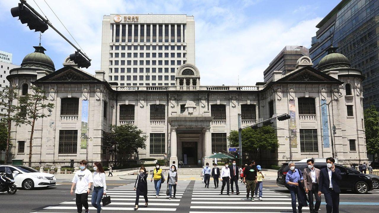 La Banque de Corée (BoK) a annoncé, ce jeudi matin, qu'elle abaissait son principal taux directeur d'un quart de point à 0,5%, soit le niveau le plus bas jamais pratiqué par l'institution depuis 1999.