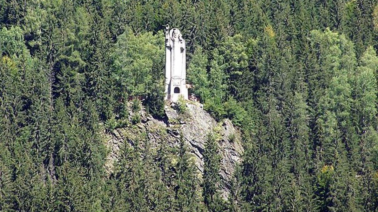 La statue est implantée sur un éperon rocheux à 1.300 mètres d'altitude.