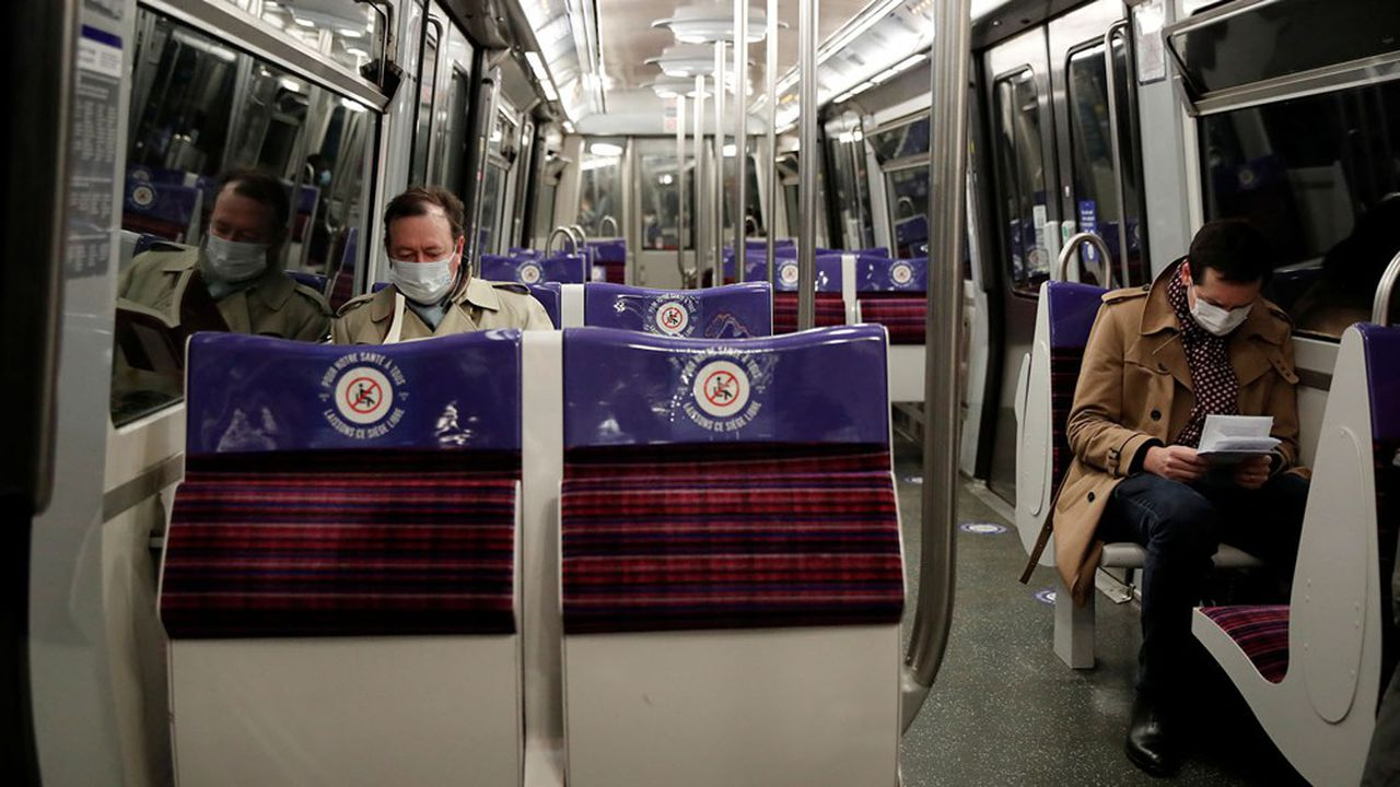 Dans les transports publics de la RATP en région parisienne, l'attestation d'employeur reste en vigueur pendant les heures de pointe.