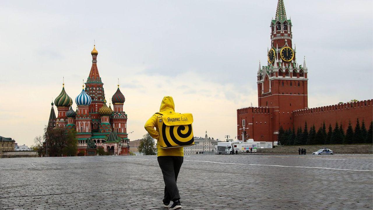 Début mai, sur la place rouge désertée pour cause de confinement, un livreur de Yandex.Eda, équivalent de Just Eat ou Deliveroo.