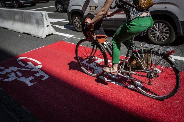 Dans le quartier de la Commission européenne, et notamment sur la rue de la Loi, où des blocs de béton délimitent les nouvelles voies réservées aux vélos.